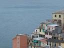 Le case-torri dai colori pastello affacciate sul mare
