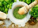 Il pesto genovese, preparato secondo la ricetta tradizionale