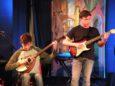 Accanto a Luca, Lorenzo Beschi: stupendo il suo assolo con la chitarra elettrica