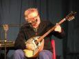 Enrico, autore del brano e guida della band, al bouzouki