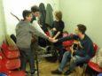 Uno per tutti, tutti per uno: i ragazzi si caricano nel camerino prima di salire sul palco!