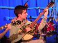 Luca, impegnato in uno dei virtuosi assoli al bouzouki che impreziosiscono il pezzo